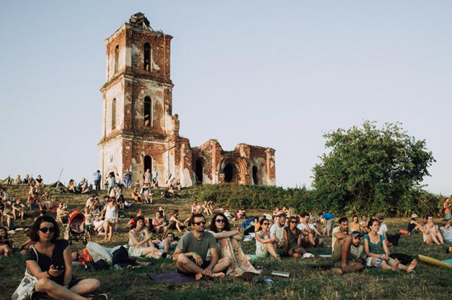 Как дауншифтеры делают из заброшенной деревни точку притяжения туристов — кейс «чудаковатого» фестиваля
